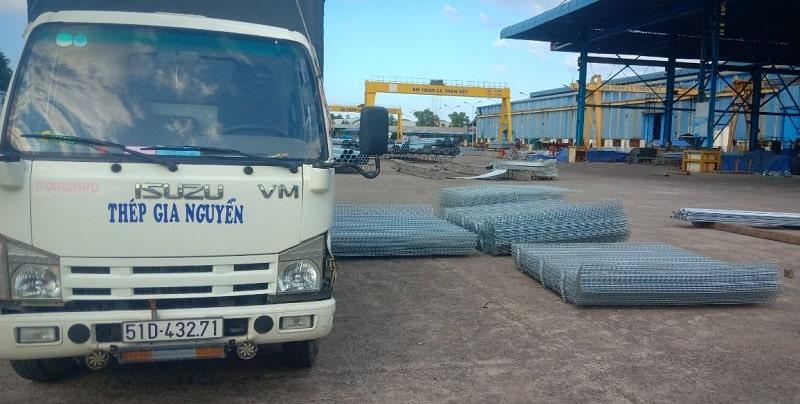 Gia Nguyễn vận chuyển lưới thép hàn tới tận công trình cho khách hàng